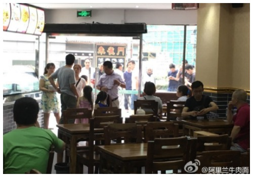 Diners at Alilan despite of the noodle gang standing outside (from @阿里兰牛肉面, posted on Weibo on 16th July).