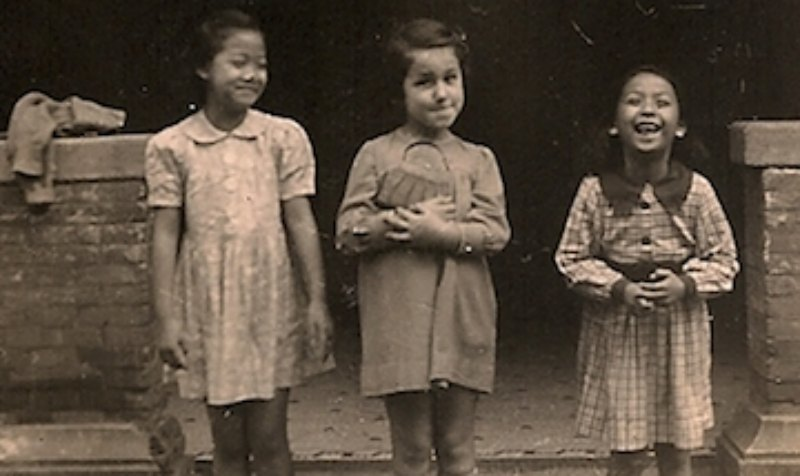 Nina Admoni, who spent her childhood in the Shanghai ghetto, with her Chinese friends [image timesofisrael.com].