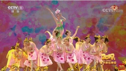 a4e419326 On social media, some netizens think the dance looks like a cake…